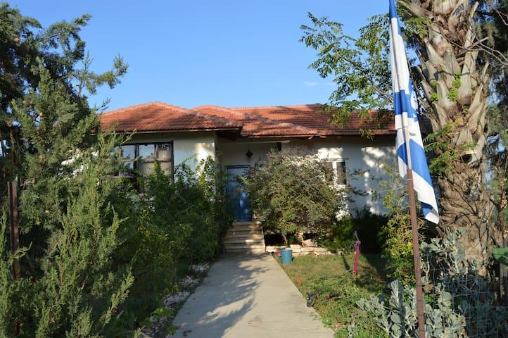 Central, family-friendly farmhouse - Azaria - Hus