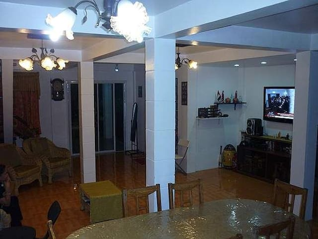 Living on a Tropical modern house - Tagbilaran City - Huis