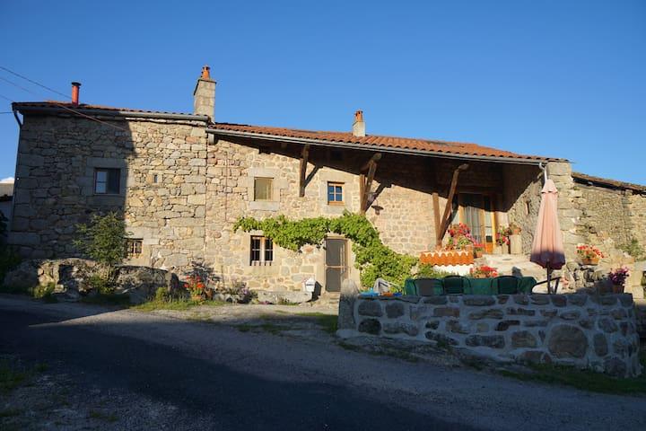 Chez la Vierzou in Auvergne - Charraix - Oda + Kahvaltı