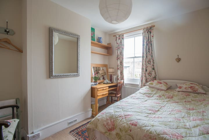 charming double room with rose view - Lewes - Huis