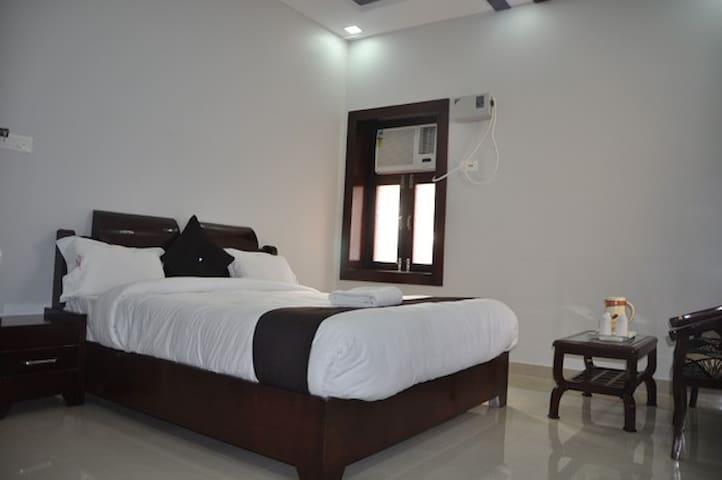 Hotel Krishna Ji - Haridwar - Wikt i opierunek