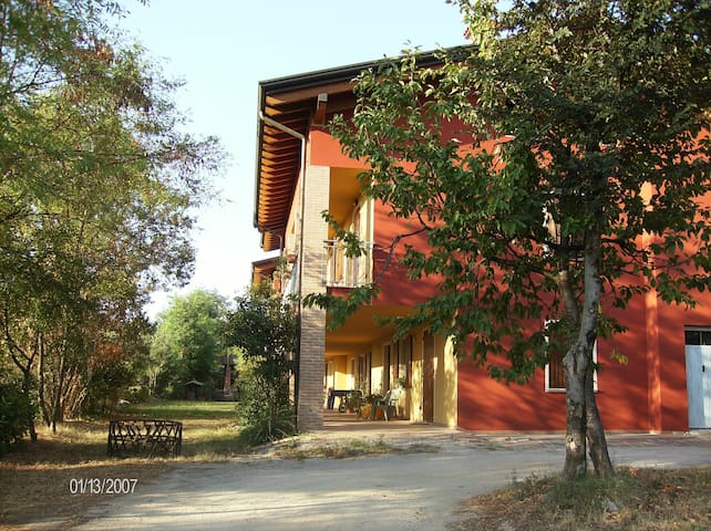 A typical farmhouse on the hill! - Montichiari - Bed & Breakfast