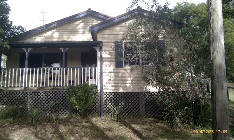 Furinshed, spacious, 2 bed cottage. - Ourimbah - Huis