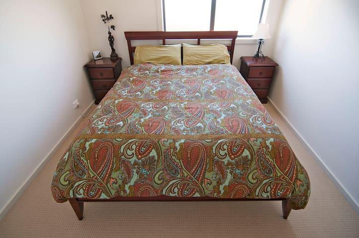 Private Room in Quiet Neighbourhood - Queanbeyan West - 連棟房屋