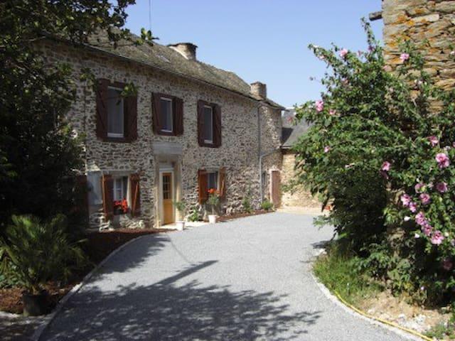 LARGE 5 BED FARMHOUSE IN LOVELY RURAL AREA - La Bastide-l'Évêque - Casa