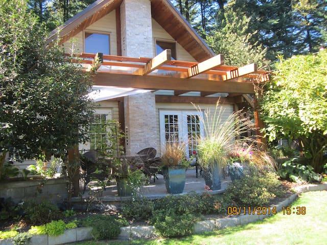 A quaint house in the mountains - Lake Errock