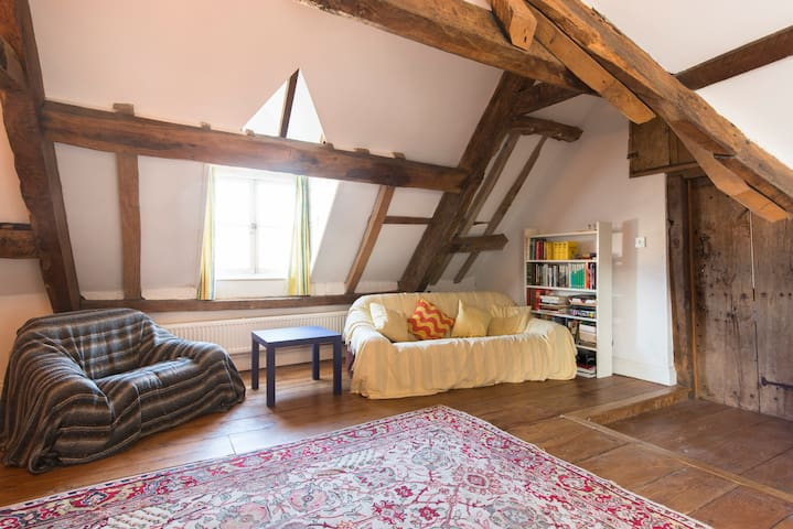 Spacious attic suite in listed town house - Royal Wootton Bassett