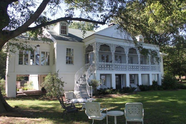 Private BR/BA in Lakefront Mansion 32 mi. Memphis - Hughes - Talo