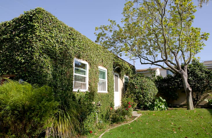 Vine-covered apt - LA walk to beach - El Segundo