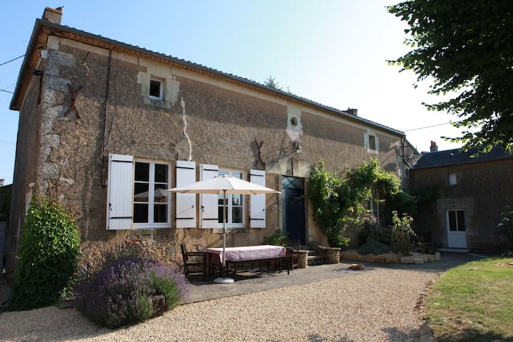 Spacious rural retreat near Loire - Irais - Casa