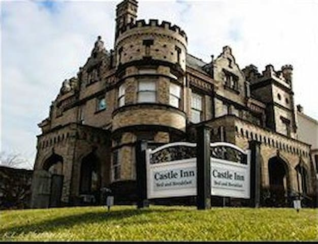 Authentic 100 Year Old Castle- Whole House Rental! - Circleville