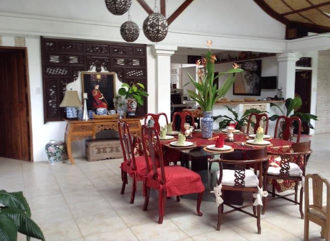 Enchanting Balinese Home with Pool! - San Pablo City - Huis