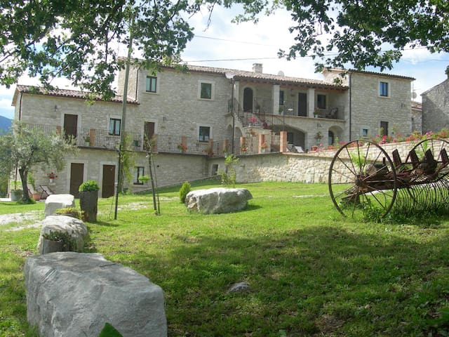 Antico borgo in pietra  - Abbateggio - 家庭式旅館