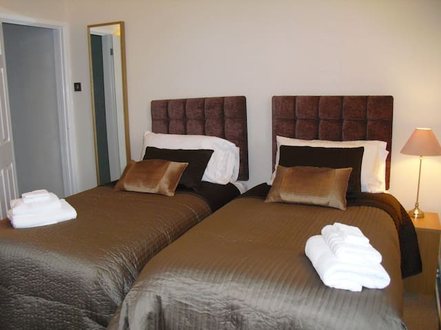 Gorgeous flat wifi and comfy beds! - box wiltshire - Leilighet