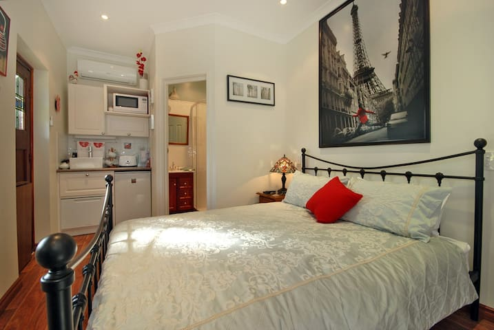 Garden Room in Cottage with Garage - North Perth - Bed & Breakfast