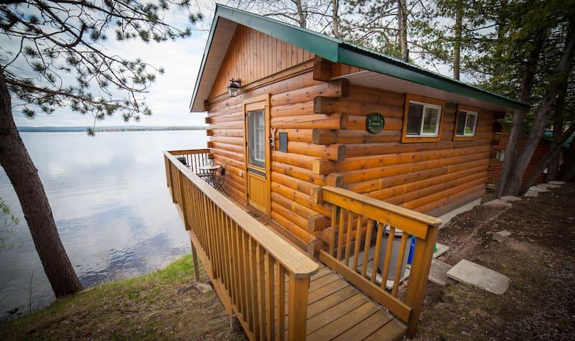 Romantic Cottage Getaway - Golden Lake