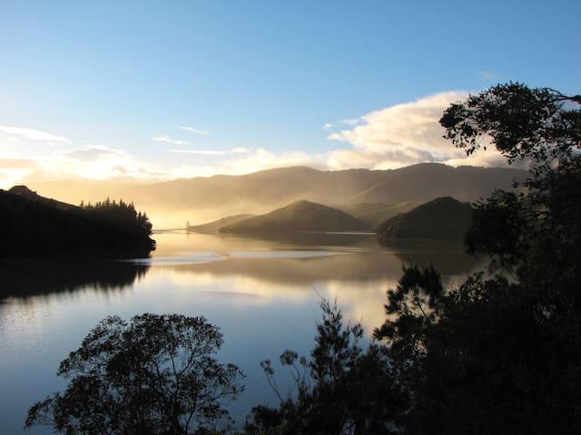 Romantic coastal retreat, Cable Bay - Hira - Bed & Breakfast
