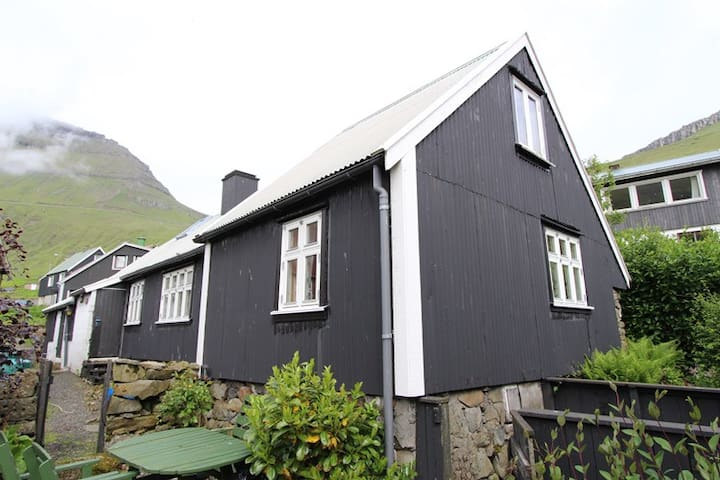 House in old village by the sea - Funningur - Huis