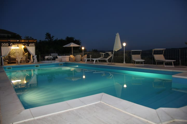 VILLA WITH HEATED POOL AND 12 BEDS!!! - Case Alte - 別荘