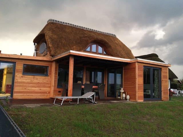 Schaalseeperle   Reetdach-Haus direkt am Schaalsee - Groß Zecher - Rumah