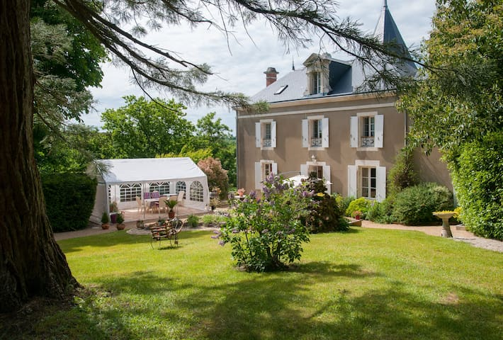 CHARMING ROOMS covered swimming pool - Mareuil-sur-Lay-Dissais - 家庭式旅館