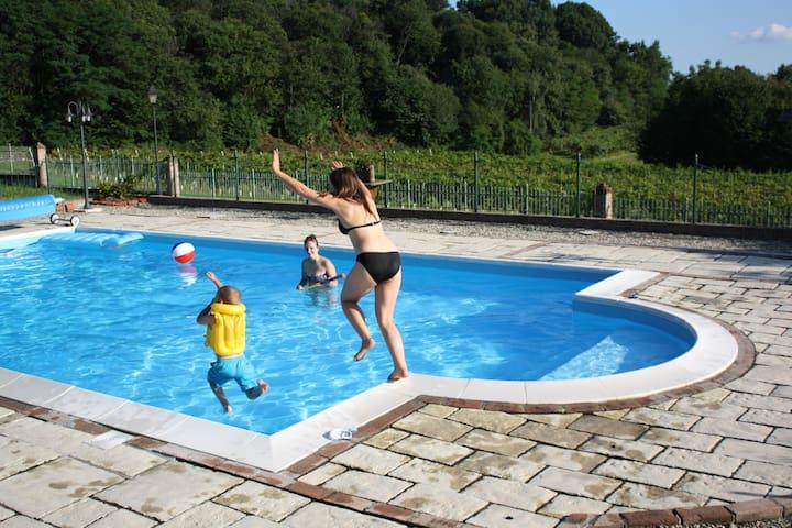 Devine Views In Sky Room to Sleep 3 with Pool! - Santa Maria, Aglie,  - Huis