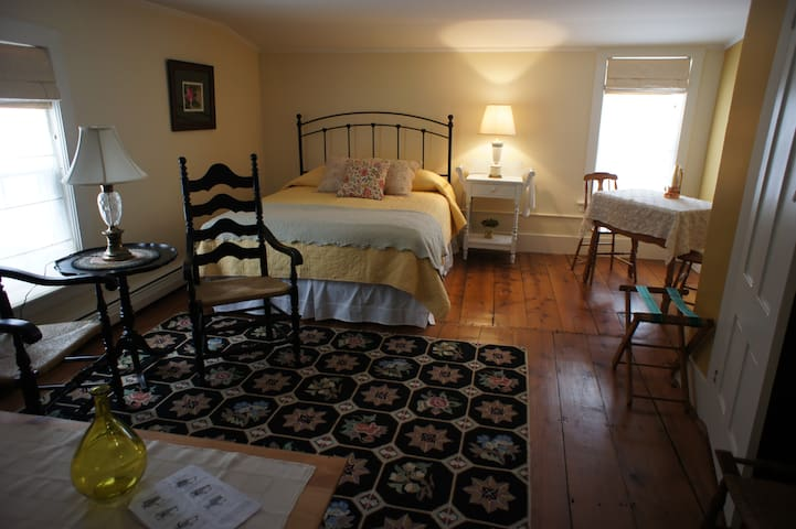 Private and historic in town Keene - Keene - Casa