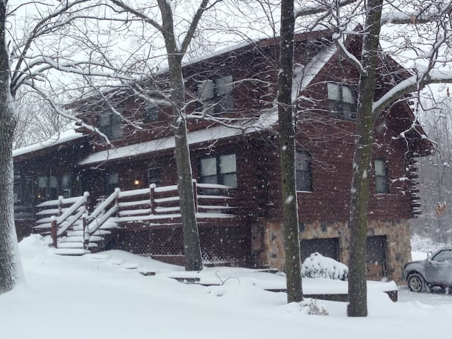 Log home, the Pope and Free Golf!  - Royersford - Ev