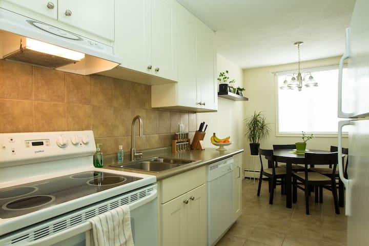 Sunny, Clean, Convenient DT Condo - Edmonton - Apartemen