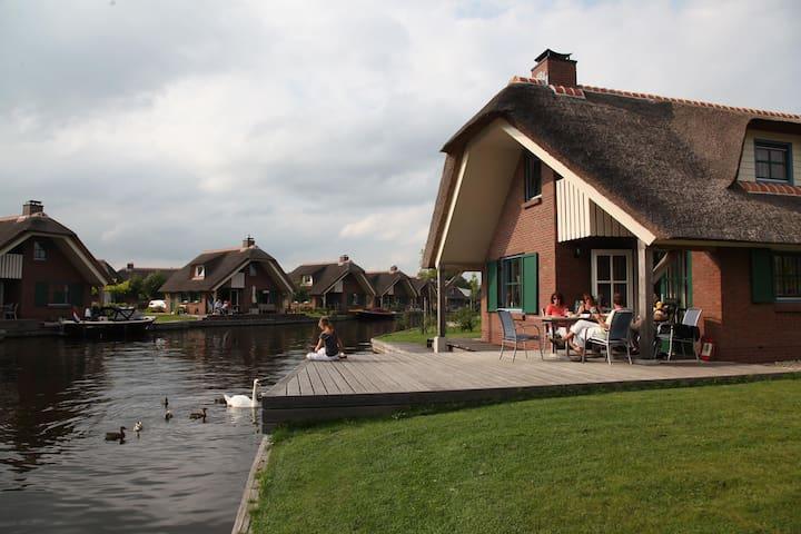 Woningen direct aan het water - vlakbij Giethoorn - Wanneperveen - Hus