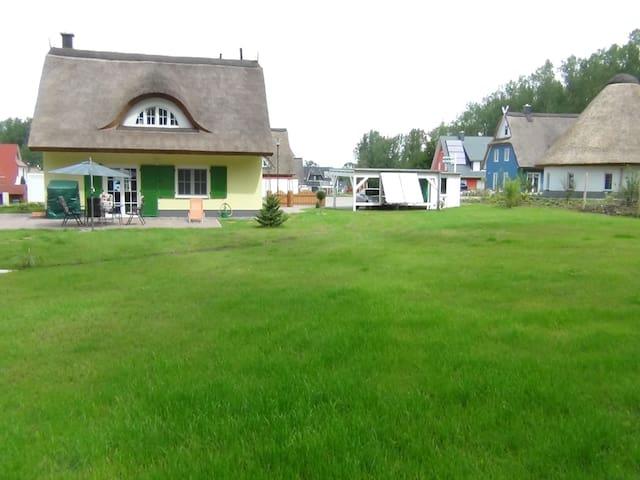 Gemütliches Ferienhaus mit Reetdach - Glowe - Maison