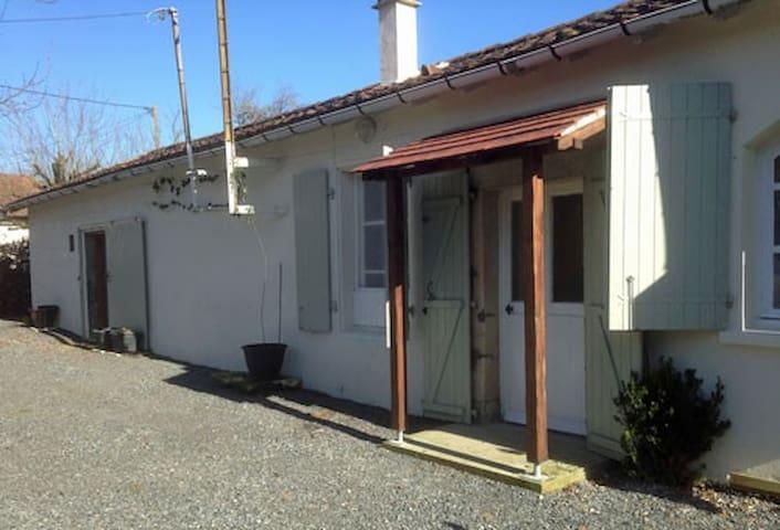Cosy, dog-friendly French cottage - Sommières-du-Clain