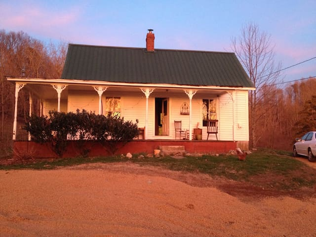 Cozy 2 bedroom farmhouse in country - Johnson City - Casa