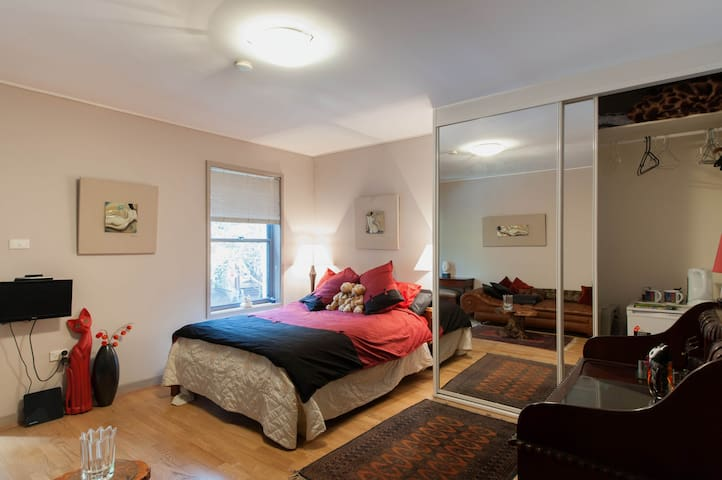 Great space,great location,own bath - Redfern - Hus