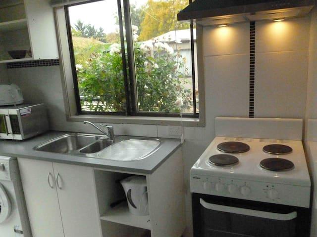 Cottage room near Belconnen & City - McKellar - Bed & Breakfast