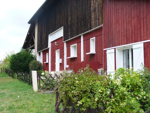 A former tobacco barn  renovated - Bieujac - 獨棟