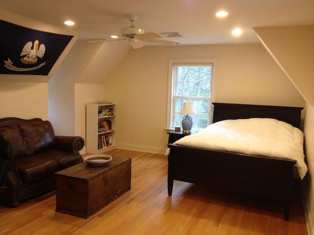 Private Ensuite Room in Luxury Home - Wilton