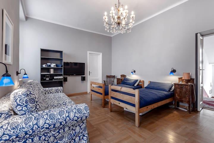 Large en-suite bedroom in Como town - Como - Huis