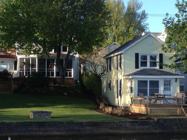 Lovely Yellow Lakeside Cottage - Lakewood - Casa