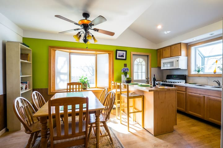 Well appointed, great location! Longstays=low rate - Ann Arbor - Huis