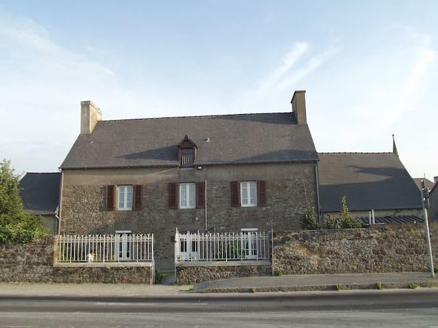 Maison de famille face à la mer - Hirel - Huis