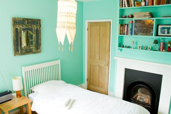 Gatwick nearby. Single pretty room - Reigate