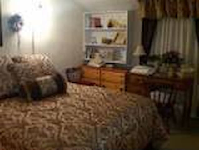 Upper level guest room-shared bath - Osceola - Bed & Breakfast
