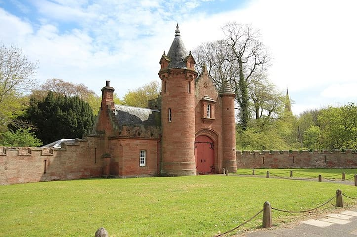The Gatehouse to Ayton Castle - Eyemouth - Talo