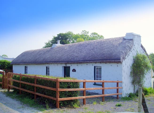 THATCHED COTTAGE  SW DONEGAL COAST Bikes and WIFI - Dunkineely - Hus