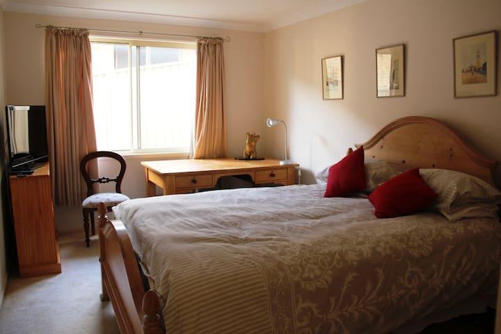 Leafy suburb, with comfy room. - Lisarow - Huis