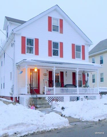 Bright room in charming colonial home. - Marlborough - Hus