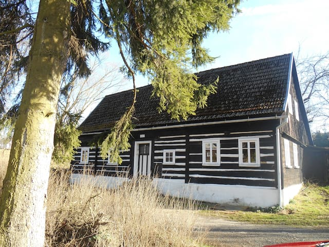 Urgemütliches Holzhaus am Bach - Dolní Chřibská - Huis