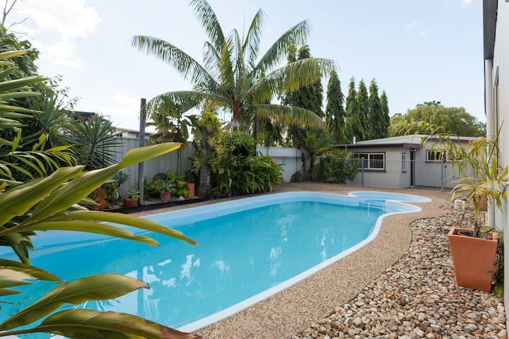 Suzies Place - Comfortable Home - Mooroobool - Casa