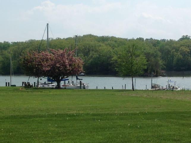 Gorgeous water view studio! - Galesville - Appartement